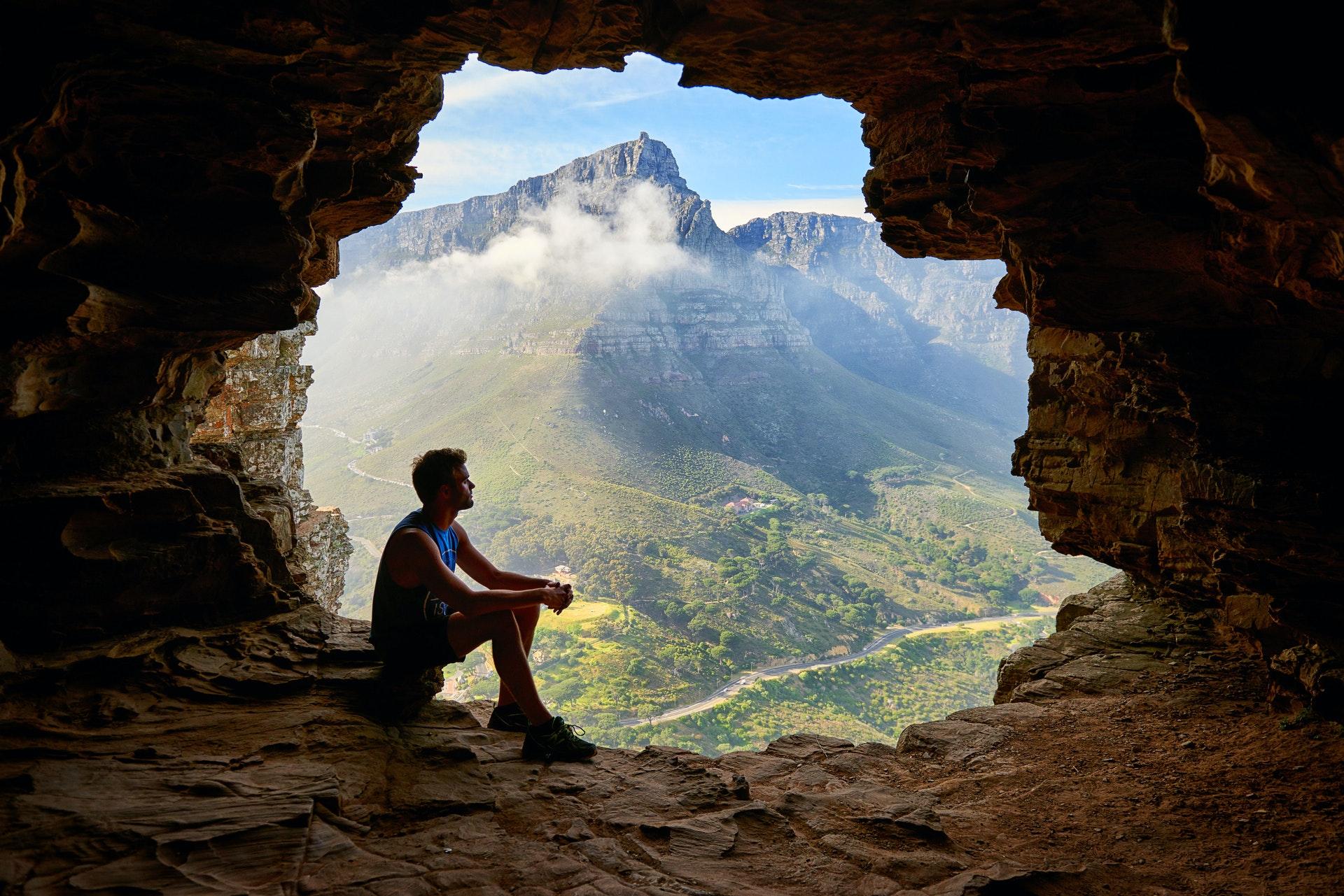 homme dans une caverne